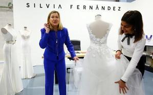 Del Olmo destaca la labor de Silvia Fernández Atélier como «ejemplo» del potencial exportador del sector de la moda en la Comunidad