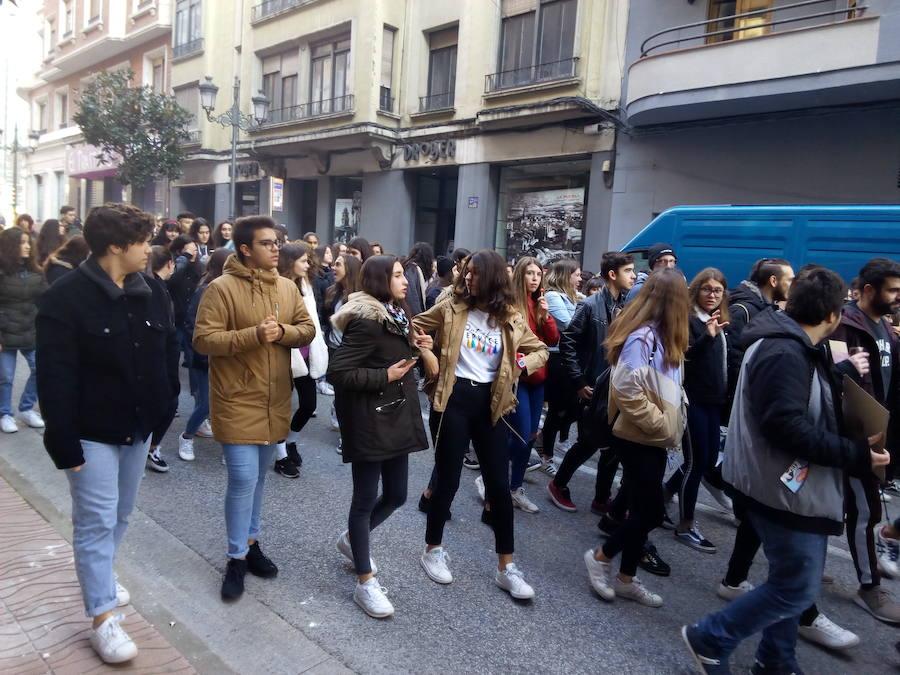 Los estudiantes gritan en las calles de Ponferrada 'no' al machismo en las aulas