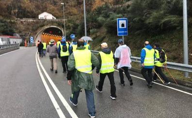 La marcha minera conquista Cangas del Narcea haciendo frente al mal tiempo