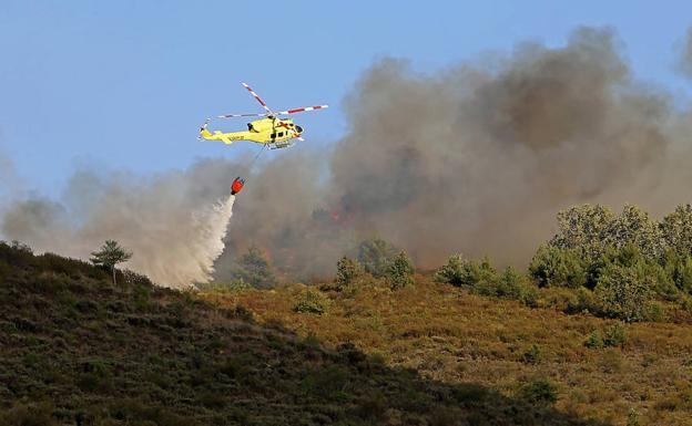 Medios de la Junta intervienen en la extinción de un incendio en Villar de las Traviesas (Toreno)