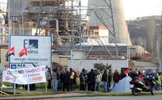 Las auxiliares de Endesa acampan ante la central para exigir que se les incluya en el plan de transición justa