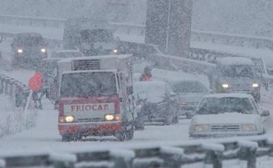 La nieve obliga a cortar el tráfico en la A-6 a la altura del puerto del Manzanal