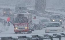 La nevada mantiene cortada la autovía A-6 en el puerto del Manzanal y en Vega de Valcarce
