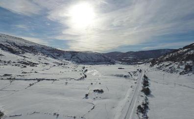 La nieve y el hielo mantienen cortadas un total de seis carreteras de León y Burgos