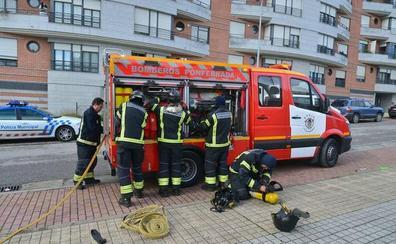Los Bomberos de Ponferrada sofocan un incendio declarado en un sótano del pasaje Granada en La Placa