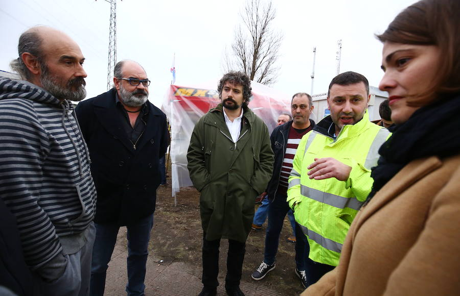 José Sarrión visita el campamento de las auxiliares en Compostilla II