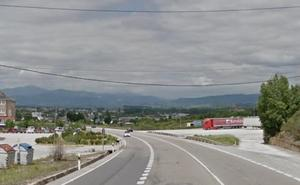 Herida una mujer en la colisión de un turismo con un camión en la N-VI en Ponferrada