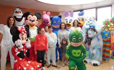 Los empleados de Cementos Cosmos en Corullón llevan el Carnaval al área de Pediatría del Hospital del Bierzo