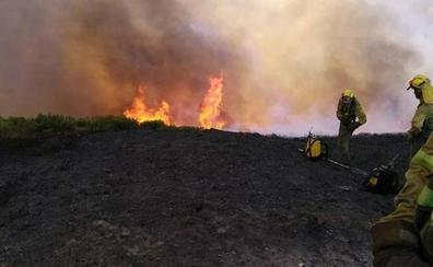 Un incendio forestal en Anllarinos del Sil obliga a intervenir a cinco medios aéreos de la Junta
