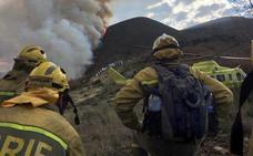 Medios aéreos trabajan para atajar y extinguir un incendio en Silván (Benuza)