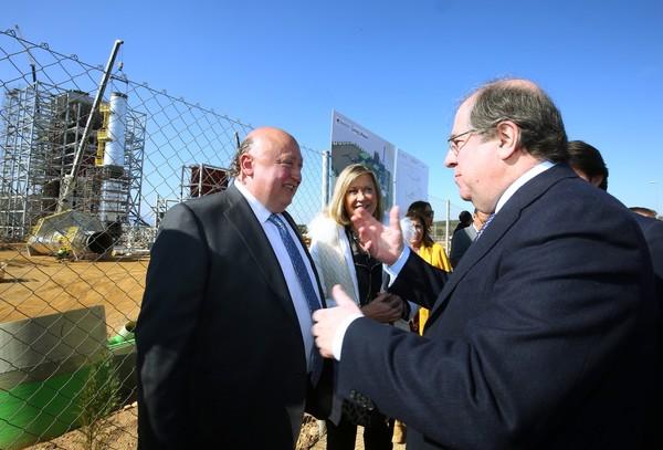 El presidente de la Junta visita las obras de la planta de biomasa de Forestalia en Cubillos del Sil