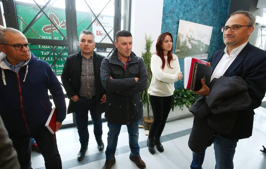 Mesa redonda de las auxiliares de Endesa con partidos políticos en Cubillos del Sil