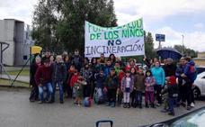 Alumnos, familias y políticos de Carracedelo se manifiestan en el Colegio contra la incineración en Cosmos