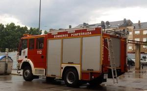 Dos personas atendidas por intoxicación de humo y cinco desalojadas por un incendio en un edificio en Ponferrada