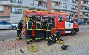 Bomberos de Ponferrada controlan un incendio que afectó a una nave industrial de Flores del Sil
