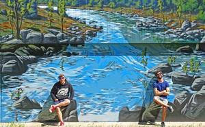 Los artistas urbanos MÜS y Asier Vera recrean el paisaje de Folgoso de la Ribera en un trampantojo