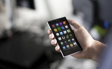 Camponaraya enseña a sus mayores a manejar 'smartphones' en el taller de iniciación a móviles