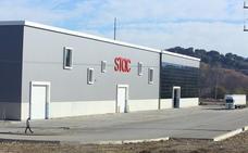 Fallece un trabajador de 24 años al quedar atrapado en los rodillos de una máquina en la planta de Stac en Parandones