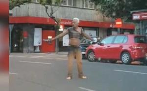 Un hombre con trastornos mentales atemoriza a viandantes y conductores en la plaza de la Inmaculada
