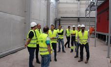 El alcalde de Ponferrada visita las obras de la central de calor de biomasa del barrio de Compostilla