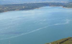 CHMS asegura que la espuma que aparece en el embalse de Bárcena «es un proceso natural»