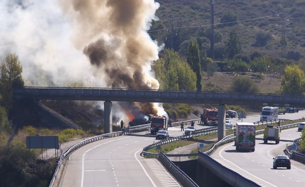 Accidente entre un camión y un turismo en la autovía A6 en Ponferrada
