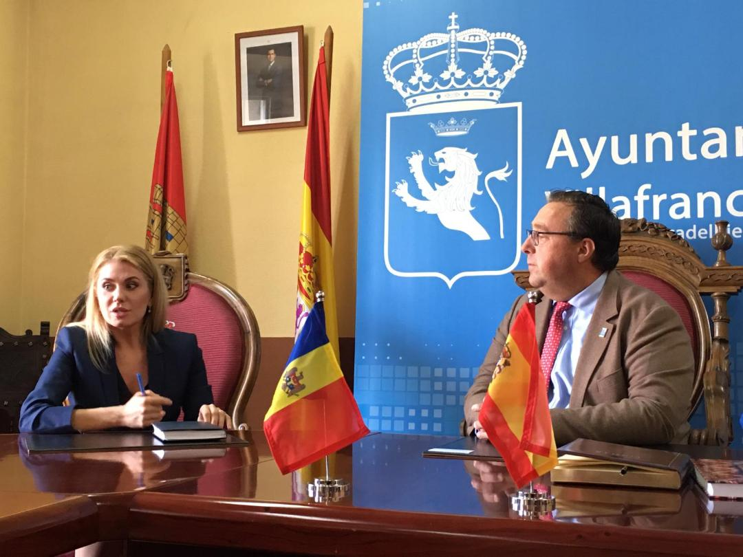 Visita de la embajadora de Moldavia a Villafranca del Bierzo