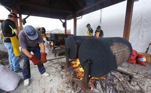 Las castañas asadas y los oficios artesanos conquistan Páramo del Sil en el XIII magosto y mercado tradicional