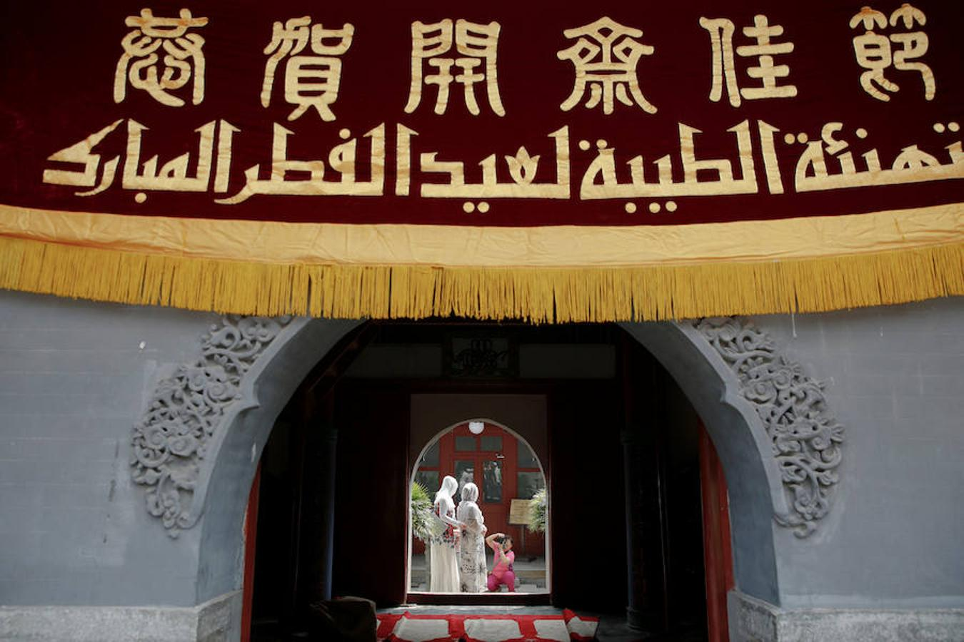 chinese culture essay Chinese culture preservation in singapore essay sample when walking through the chinatown, people can easily see the red decorations like chinese knots and paper-cut.