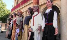 Los gigantes y cabezudos dan la bienvenida a las fiestas de León