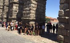 Más de mil personas dan un 'abrazo' al Acueducto de Segovia para conmemorar sus 25 años sin tráfico bajo sus arcos