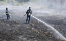 Carrizo y Villacintor lucha por extinguir dos incendios activos en la tarde del sábado