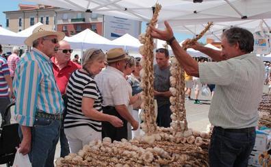 Miles de personas llenan Veguellina para ver lo mejor de la huerta en la Feria del Ajo