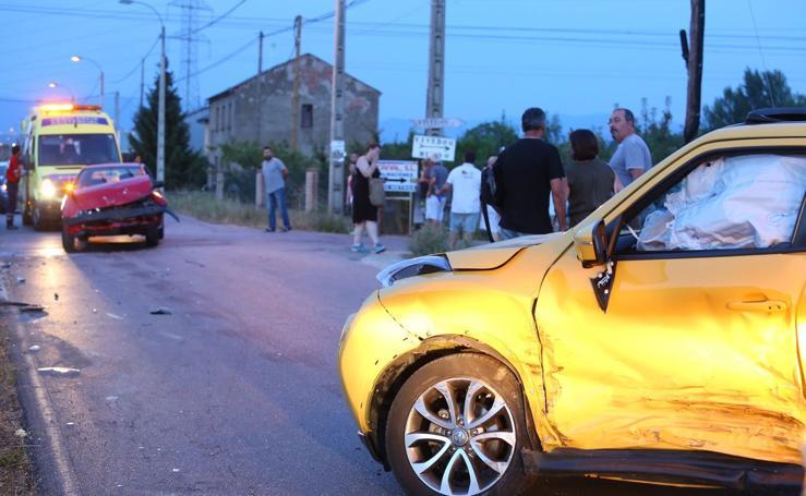 Accidente entre dos turismos en la carretera del Canal en Camponaraya
