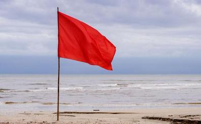 3.000 euros de multa si te bañas cuando hay bandera roja