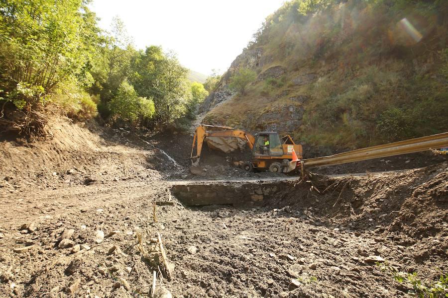 Obras de desescombro de la carretera a Peñalba de Santiago