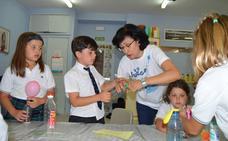 Alumnos con altas capacidades «juegan a ser científicos» en Peñacorada con la doctora Álvarez