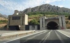 Un accidente corta un carril en la autopista del Huerna sentido León, dentro del túnel del Negrón