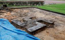 Hallan una cruz gamada de cuatro metros al excavar en un estadio alemán