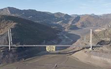 Greenpeace cuelga una pancarta gigante en Barrios de Luna para denunciar la mala gestión del agua