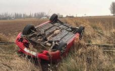 Los Bomberos de León asisten a un conductor que se encontraba atrapado en su coche tras volcar