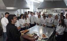 Los estudiantes de Hostelería de León aprenden a hacer el Mejor Torrezno de Soria