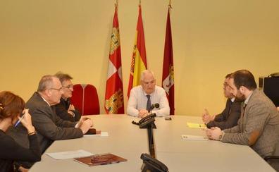 Junta, Alsa y Ayuntamiento de Valverde de la Virgen mantienen una reunión en la mañana del miércoles