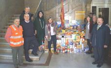Teresa Mata, entrega a Cruz Roja, Cáritas y el Banco de Alimentos 350 kilos de alimentos recogidos en la Subdelegación