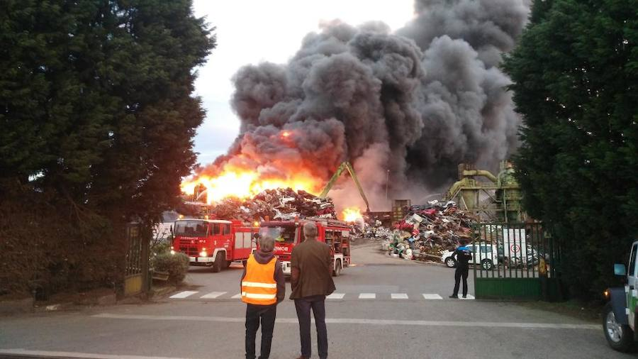 Las imágenes del espectacular incendio en un desguace de Gijón