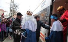 Sus Majestades llegan a Veguellina en tren