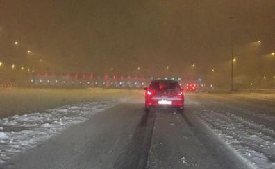 Una intensa nevada corta durante hora y media la AP-61 y la AP-6 en la provincia de Segovia