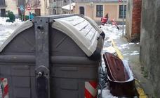 Revuelo en Segovia tras hallar un ataúd junto a un contenedor de basura
