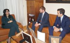 La subdelegada Teresa Mata recibe oficialmente al nuevo abogado de Estado en León, Gonzalo Collado