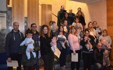 Santa María del Páramo entrega los 25 cheques-bebé de los nacidos en 2017